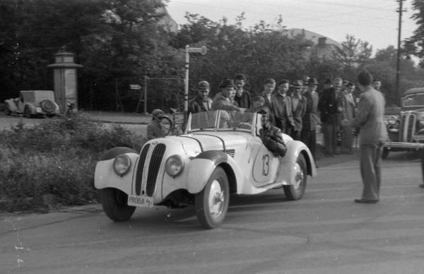 """Az egyik """"importált"""" BMW 328-as az 1949-es Tihanyi Nagydíjon. Forrás: Schwanner Endre"""