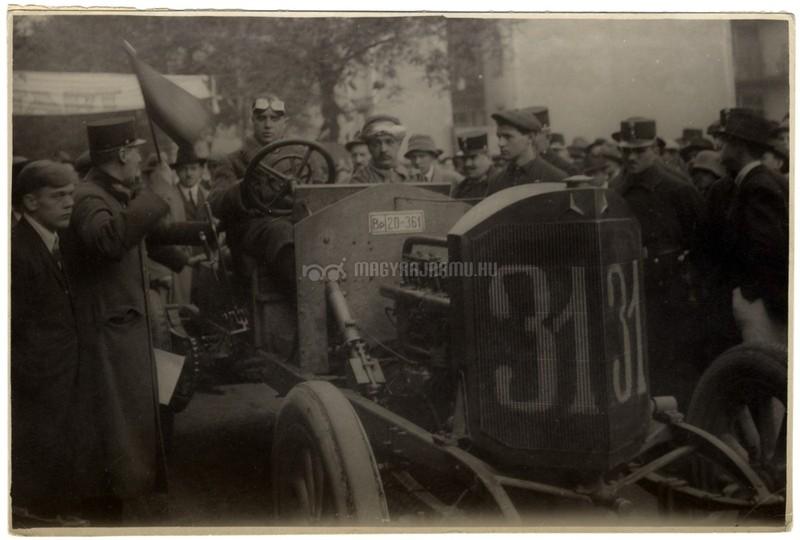 Csermely Károly egy Mercedes versenyautóval az 1922-es Svábhegyi versenyen. Forrás: Magyar Nemzeti Múzeum Történeti Fényképtár