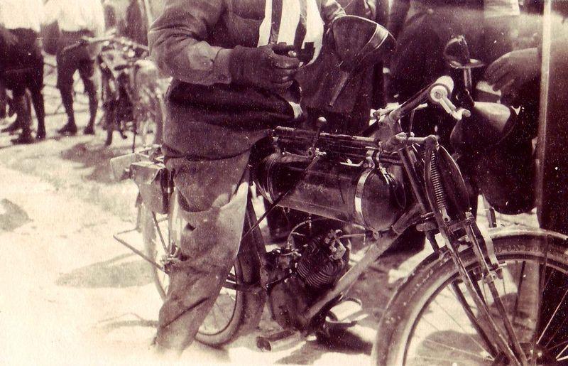 Olajat töltenek Bier Ágost Puch motorjába