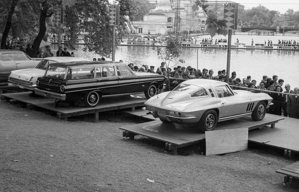 """A Budapesti Nemzetközi Vásár keretein belül rendezett autókiállításon bemutatott """"nyugati"""" járművek kézen-közön de magánvásárlóknál kötöttek ki."""